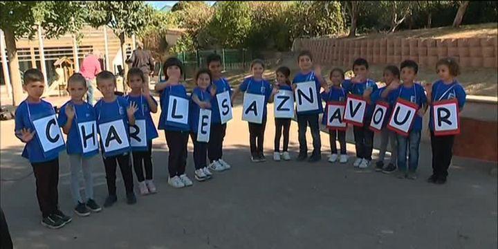 Des enfants du lycée arménien de Marseille rassemblés pour un hommage à Charles Aznavour  (France 3 / culturebox / capture d'écran)