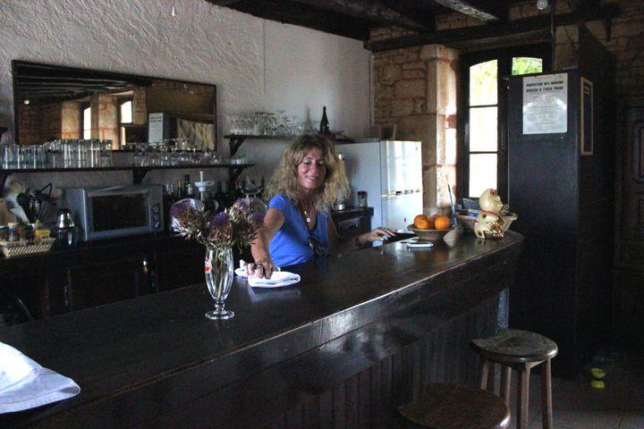 Marlène nettoie le comptoir de la pièce destinée à devenir le bar du hameau communautaire. (CLEMENT PARROT / FRANCETV INFO)