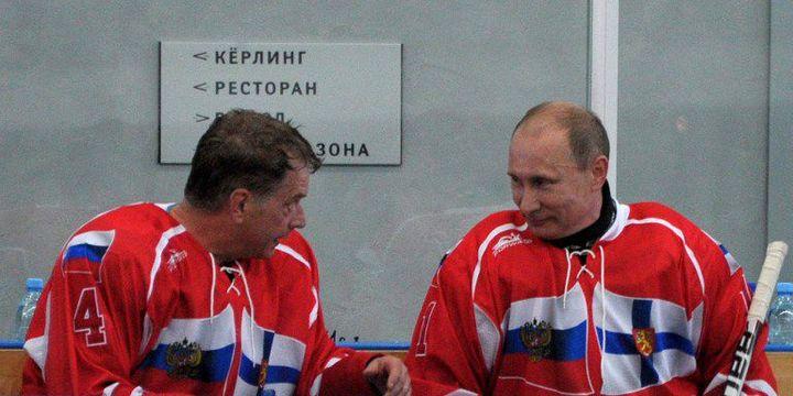 En juin 2012, le président finlandais Sauli Niinistö et le président russe disputent un match de hockey amical à Igora.  (Alexei Nikoski / Ria-Novosti / AFP)