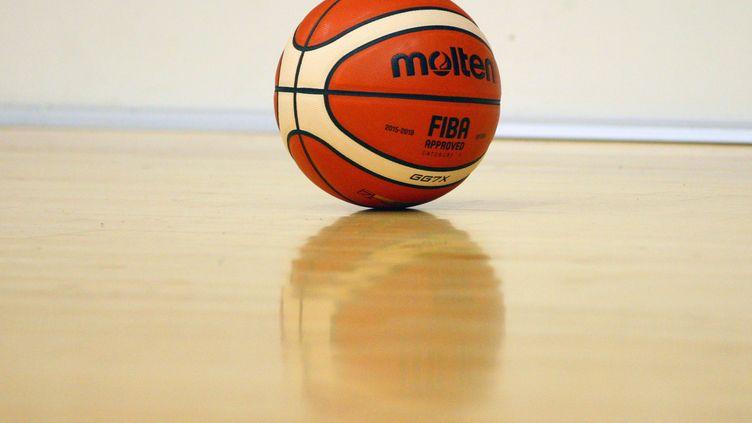 Un ballon de basket-ball sur le parquet d'un terrain. Photo d'illustration. (VINCENT VOEGTLIN / MAXPPP)