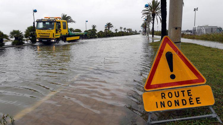 Une route inondée à Palavas-les-Flots (Hérault), le 14 octobre 2016. (PASCAL GUYOT / AFP)