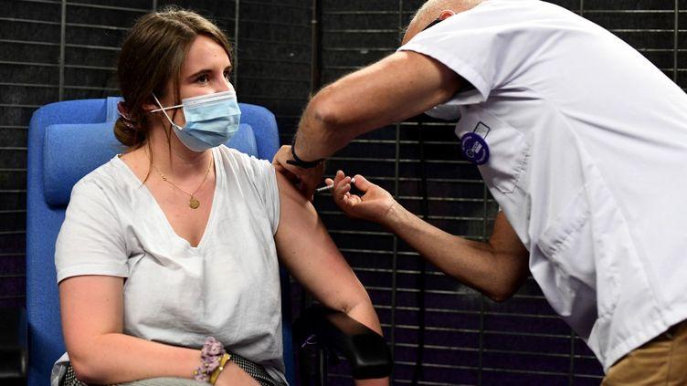 Une femme reçoit une dose de vaccin Pfizer-BioNTech contre le Covid-19 à Garlan (Finistère), le 31 mai 2021. (FRED TANNEAU / AFP)