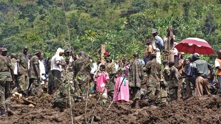 Militaires et villageois dans l'est de l'Ouganda après le glissement de terrain. 02/03/10 (AFP Peter Busomoke)