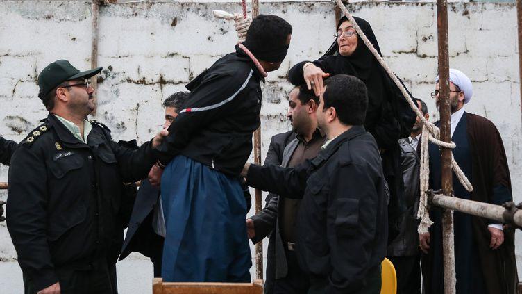 Un meurtier condamné à mort, giflé et pardonné par la mère de la victime, le 15 avril 2014, à Nowshahr (Iran). (ARASH KHAMOOSHI / ISNA / AFP)