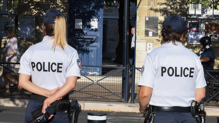 Deux policières devant une école primaire de Bordeaux, le 1er septembre 2016. (MEHDI FEDOUACH / AFP)