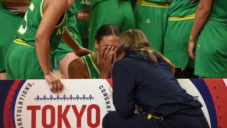 L'AustralienneLiz Cambage en larmes lors de la qualification de son équipe pour les JO de Tokyo, le 9 février 2020. (GUILLAUME SOUVANT / AFP)