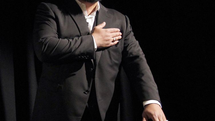 """Dieudonné exécute une """"quenelle"""",le 15 janvier 2012 au théâtre de la Main d'or, à Paris. (PATRICK KOVARIK / AFP)"""