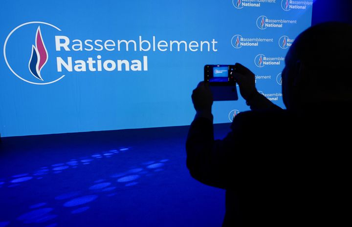 """Le nouvau logo du """"Rassemblement national"""" (le nouveau nom du Front naional)a été dévoilé, vendredi 1er juin. (JEAN-PHILIPPE KSIAZEK / AFP)"""