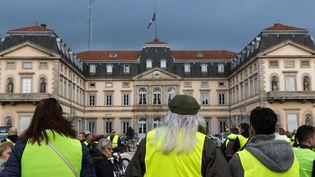 """La préfecture du Puy-en-Velay, en Haute-Loire, attaquée samedi 1er décembre lors de débordements en marge des manifestations des """"gilets jaunes"""". (THIERRY ZOCCOLAN / AFP)"""