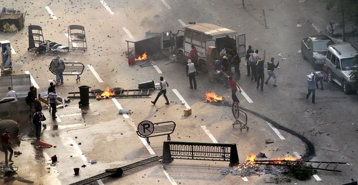Les Frères musulmans et les supporters du président déchu Mohamed Morsi bloquent une rue du Caire (Egypte) lors d'une émeute contre la police, le 6 octobre 2013. (AHMED GAMEL / AFP)