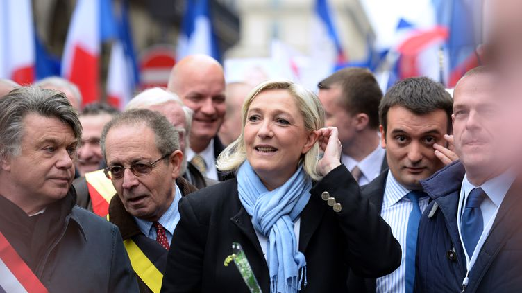 La présidente du Front national Marine Le Pen (centre) entourée du député du Rassemblement bleu MarineGilbert Collard (1er en partant de la gauche), Florian Philippot, vice-président du FN(2e en partant de la droite), et deSteeve Briois, secrétaire général du parti (1er en partant de la droite). (ERIC FEFERBERG / AFP)