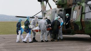 Dix patients del'hôpital de Vesoul (Franche-Comté) ont été transférés par hélicoptère depuis l'aérodrome de Frotey-lès-Vesoul, le 29 mars 2020. (BRUNO GRANDJEAN / MAXPPP)