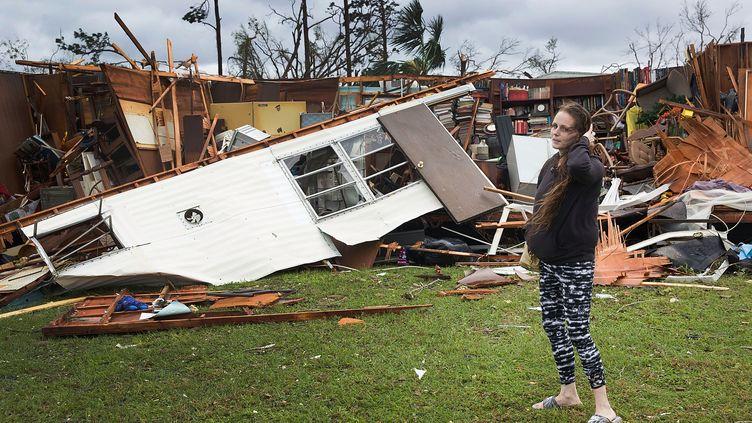 Une habitante de Panama City (Floride) devant ce qu'il reste d'une des habitations de son père, le 10 octobre 2018. (JOE RAEDLE / GETTY IMAGES NORTH AMERICA)
