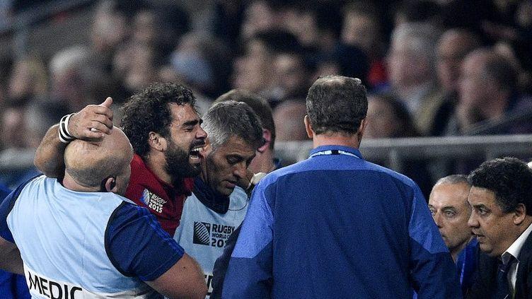 Des images terribles. 56e minute, Yoann Huget est contraint de quitter, en pleurs, la pelouse de Twickenham. L'ailier français souffre du genou droit. Le pire, une rupture des ligaments croisés, est malheureusement à craindre... (FRANCK FIFE / AFP)