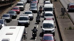 Des deux-roues remontent les files de voitures, pendant un embouteillage, sur le périphérique parisien, le 11 juin 2014. (MAXPPP)