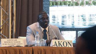 """LerappeurAkon s'adresse à la presse dans un hôtel de Dakar, le 31 août 2020, pour présenter le projet de création d'une ville appelée """"Akon City"""". (SEYLLOU / AFP)"""
