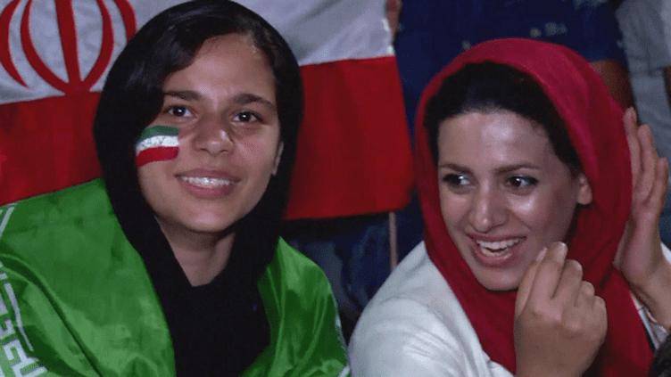 Par milliers, les Iraniens sesont pressés lundi soiraux abords du stade Azadi de Téhéran pourvoir le match Portugal-Iran sur écran géant...Et parmi eux, pour la première fois, des Iraniennes! (France 24)