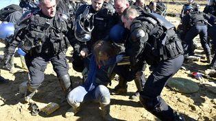 Les gendarmes évacuent un opposant au projet de barrage de Sivens (Tarn), le 6 mars 2015. (PASCAL PAVANI / AFP)