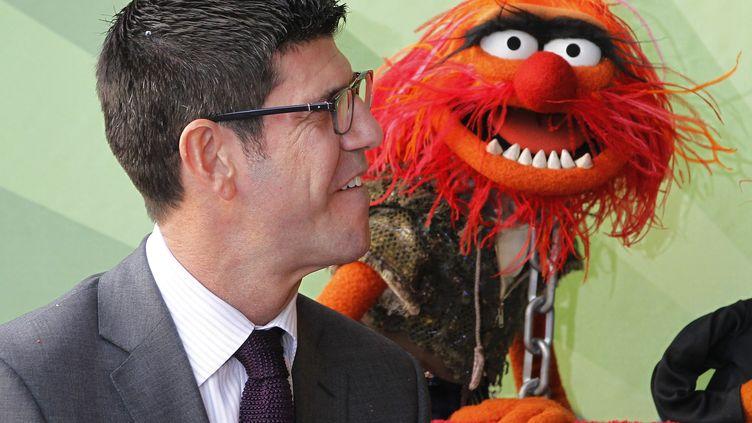 Rich Ross avec l'un des Muppets honorés par une étoile, sur le Hollywood Walk of Fame, le 20 mars 2012. (FRED PROUSER / REUTERS)