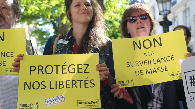 Des opposants au projet de loi sur le renseignement manifestent à Paris, le 13 avril 2015. (CITIZENSIDE/ANTHONY DEPERRAZ / CITIZENSIDE.COM / AFP)