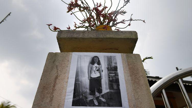 Une affiche montrant Nora Quoirin, le 8 août 2019, à Seremban (Malaisie) (MOHD RASFAN / AFP)