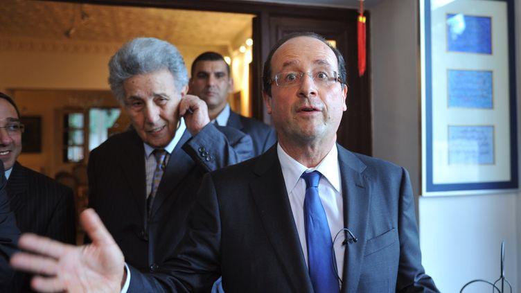 François Hollande et l'ancien président Ahmed Ben Bella lors d'une visite à Alger, en décembre 2010. (FAYEZ NURELDINE / AFP)