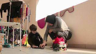 Marseille (Bouches-du-Rhône) connaît une crise du logement sans précédent depuis l'effondrement des immeubles de la rue d'Aubagne à Marseille en 2018. Des milliers de personnes ont été relogées. Comment les familles concernées vivent-elles le confinement ? (FRANCE 2)