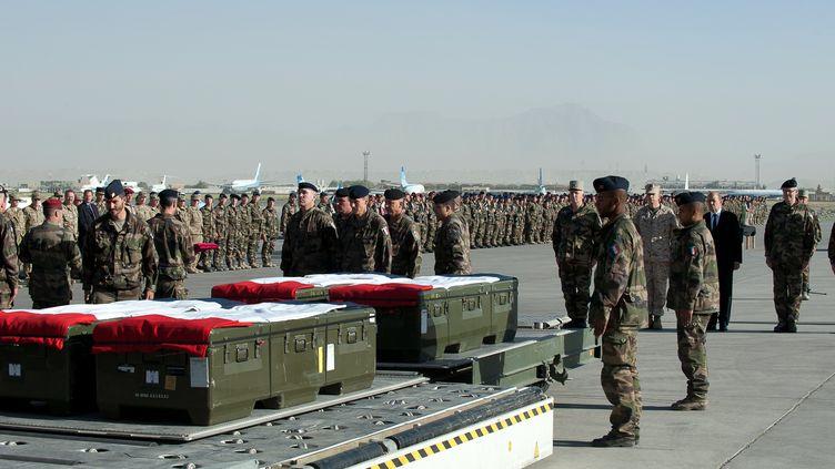 Le ministre de la Défense Jean-Yves Le Drian était dimanche 10 juin 2012 à Kaboul (Afghanistan) pour rendre un premier hommage aux victimes de l'attentat suicide, survenu samedi en Kapisa. (ECPAD)