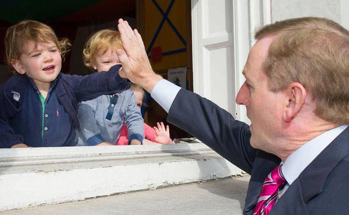 En déplacement à Cork en mai 2014, le Premier ministre irlandais salue la population. (Compte facebook officiel d'Enda Kenny)
