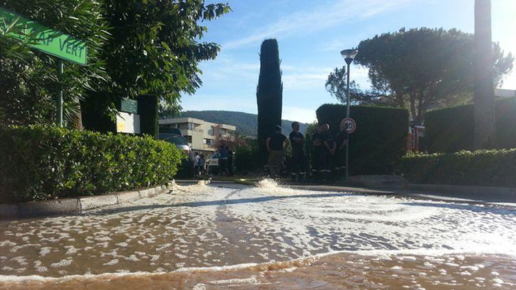 (Opération de pompage des sous-sols inondés, résidence du Cap Vert à Mandelieu-La Napoule  © Radio france / Benjamin Chauvin)