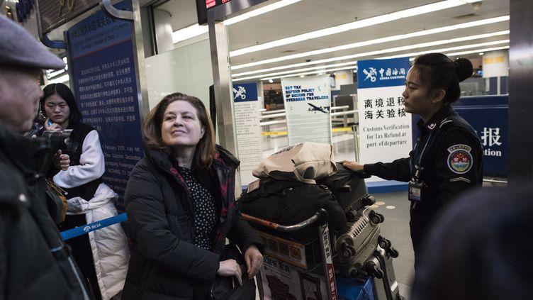 La journaliste française Ursula Gauthier, expulsée de Chine, à l'aéroport de Pékin, le 31 décembre 2012. (FRED DUFOUR / AFP)