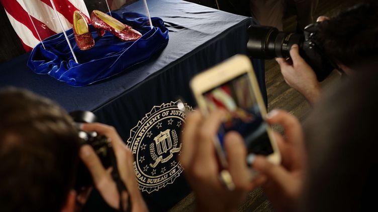 """L'une des paires d'escarpins portée par Judy Garland dans """"Le Magicien d'Oz"""" a été retrouvée après treize ans d'enquête et présentée par le FBI le 4 septembre 2018 à Minneapolis (Etats-Unis). (RICHARD TSONG-TAATARII/AP/SIPA / AP)"""