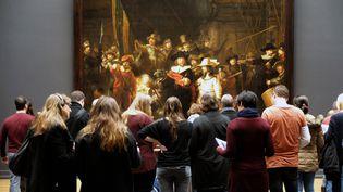 """Le public devant le tableau """"La ronde de nuit"""" de Rembrandt, au muséeRijksmuseumd'Amsterdam (LEEMAGE / AFP)"""