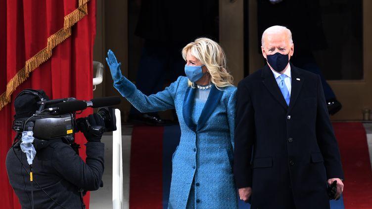Joe Biden et sa femme Jill arrivent à l'investiture au Capitole, le 20 janvier 2021. (ANDREW CABALLERO-REYNOLDS / AFP)