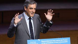 François Fillon, ici devant les maires de France mercredi 22 mars, est passé aux attaques nominatives contre François Hollande le lendemain. (MAXPPP)