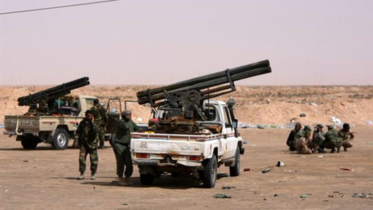 Armement lourd monté sur des pick-up par des insurgés libyens en lutte à Ajdabiah, le 17 avril 2011 (AFP/MARWAN NAAMANI)