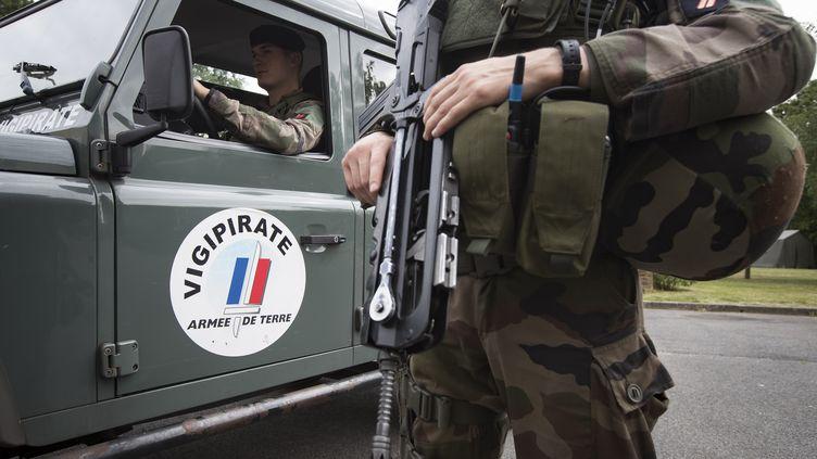 Des militaires français participent à l'opération Sentinelle pour faire face à la menace terroriste en France, Vincennes (Val-de-Marne), le 25 juillet 2016. (IAN LANGSDON / AFP)