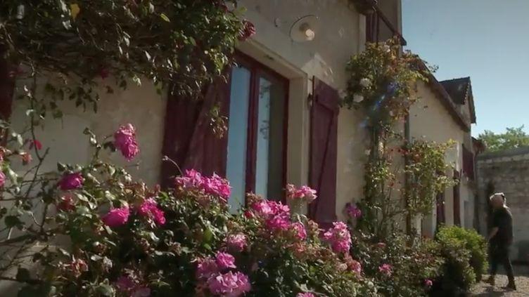 Avec le déconfinement, les achats des maisons individuelles en dehors des grandes agglomérations sont en hausse. Rencontre avec des Français qui ont sauté le pas depuis plusieurs années. (France 2)