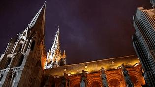 Les flèches de la cathédrale de Chartres s'élèvent dans le ciel et illuminent les nuits  (France 2)