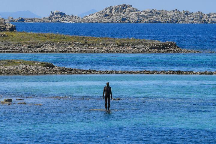 Statue de l'artisteAntony Gormley exposée sur l'île de Delos, en Grèce,mai 2019 (LOUISA GOULIAMAKI / AFP)