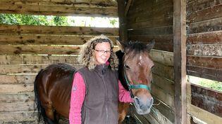 Roxane et son poney, le 26 aout 2020. (NOEMIE BONNIN / RADIO FRANCE)