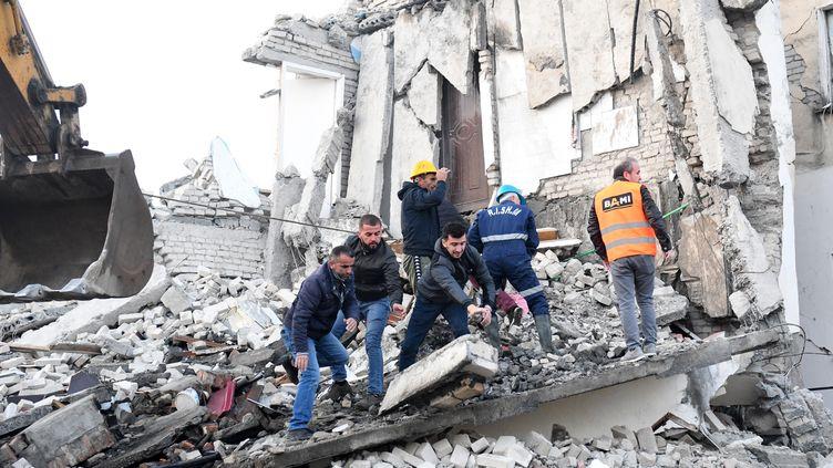 Plusieurs bâtiments se sont effondrés, après le tremblement de terre qui a frappé l'Albanie, le 26 novembre 2019. (GENT SHKULLAKU / AFP)
