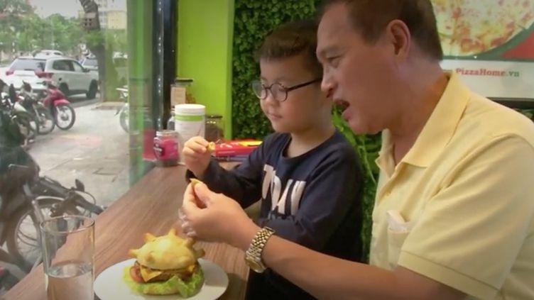 Un sandwich contre l'épidémie. Au Vietnam, un restaurant propose le Coronaburger, un hamburger en forme de Covid-19. (FRANCEINFO)