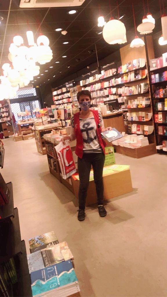 """Laurence Thomas responsable de la librairie Charlemagne de Toulon prépare les commandes pour le """"click and collect"""", novembre 2020 (Librairie Charlemagne)"""