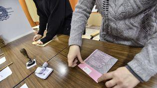 Des assesseurs préparent leur bureau de vote à Turin, lors des législatives italiennes, le 4 mars 2018. (STEFANO GUIDI / CROWDSPARK / AFP)