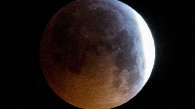 La Lune pendant l'éclipse lunaire, vue depuis Francfort (Allemagne) le 21 janvier 2019. (BORIS ROESSLER / DPA / AFP)