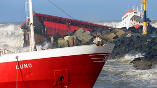 """Le cargo """"Luno"""", échoué à Anglet (Pyrénées-Atlantiques), le 5 février 2014. (GAIZKA IROZ / AFP)"""