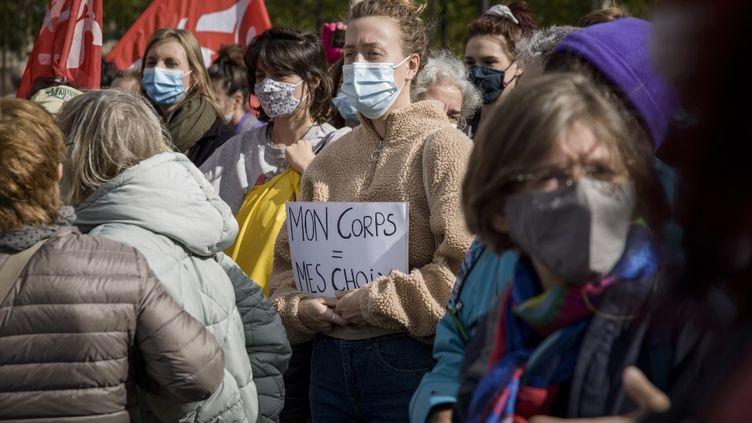 Une manifestation pour réclamer un meilleur accès à l'avortement, place de la République, à Paris, le 26 septembre 2020. (JACOPO LANDI / HANS LUCAS / AFP)