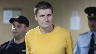 Le blogueurVladislav Sinitsaà sa sortie du tribunal de Moscou, en Russie, le 3 septembre 2019. (VITALIY BELOUSOV / SPUTNIK / AFP)