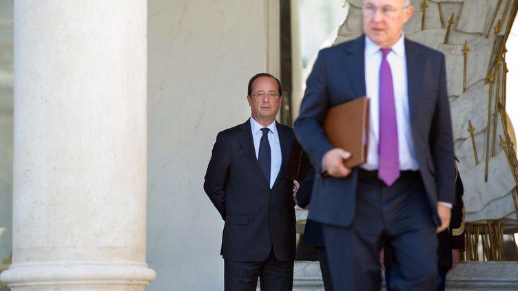François Hollande et le ministre du Travail, Michel Sapin, à l'Elysée, le 19 septembre 2012 à Paris. (BERTRAND LANGLOIS / AFP)
